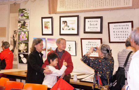 """""""双十书画摄影展""""上参展作品琳琅满目,令华埠居民一饱眼福。(贝拉/大纪元)"""