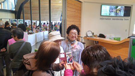 圖:林李淑枝(左)在其藝術展現場迎接嘉賓。(邱晨/大紀元)