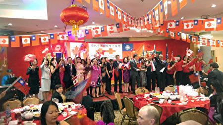 圖:溫哥華僑界舉辦中華民國國慶105週年宴會,眾多政要、經文處官員、僑界領袖等近千人參加。圖為嘉賓上台合唱,宴會圓滿結束。(邱晨/大紀元)