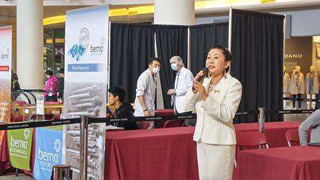 图:加拿大国家中医药学会在Aberdeen购物中心举办义诊,受到民众欢迎,图为袁薇发言。(邱晨/大纪元)