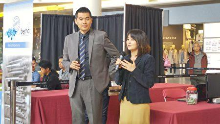 图:加拿大国家中医药学会在Aberdeen购物中心举办义诊,受到民众欢迎,图为杨修玮(右)和潘少钧发言。(邱晨/大纪元)