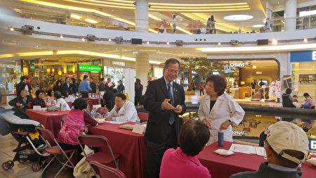 图:加拿大国家中医药学会在Aberdeen购物中心举办义诊,受到民众欢迎,图为李灿明与义诊医师交谈。(邱晨/大纪元)