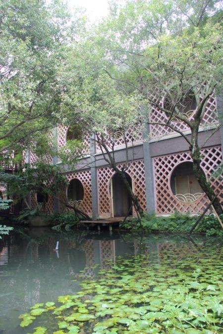 宜蘭縣政府一樓的水池庭園,讓辦公大樓增添許多人文氣息。(謝月琴/大紀元)