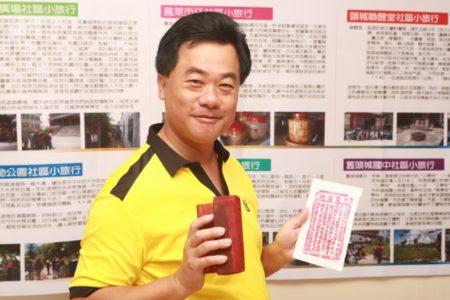 宜兰县议员蔡文益手拿金纸店的民俗版画。(曾汉东/大纪元)