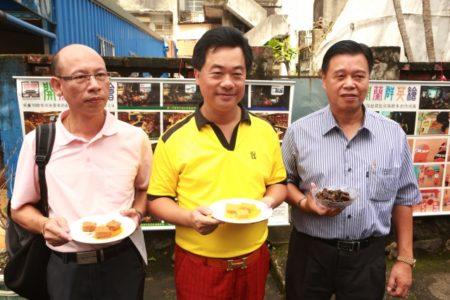 城西社区理事长高政文(左)、县议员蔡文益(中)及代表展示的凤梨豆腐乳。(曾汉东/大纪元)