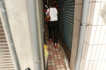 社区民众一起回味比鹿港摸乳巷更窄小的小巷弄。(曾汉东/大纪元)