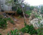 新北市汐止区水源路二段72巷发现地基掏空现象。(新北市政府消防局提供)