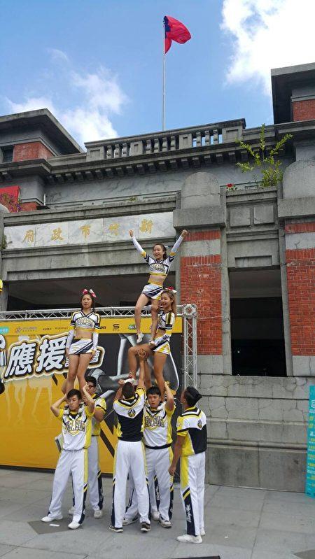 中华大学啦啦队表演。(林宝云/大纪元)