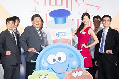 艺人Janet(中)21日出席流感疫苗宣导记者会,示范接种疫苗。(陈柏州/大纪元)