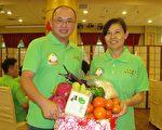 清禾有机农夫曾春花(右)、陈新豪(左)在金都餐厅台湾美食展记者会上介绍有机蔬果。(黄淑贞/大纪元)