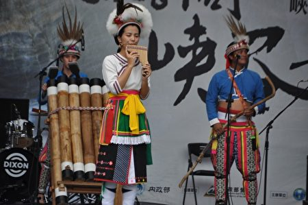 旮亙樂團演出的樂器,除了各類竹木製擊樂器之外,可以看到阿美族傳統的管弦樂器,如排笛。(詹亦菱/大紀元)
