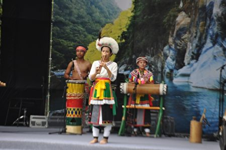 旮亙樂團演出的樂器,除了各類竹木製擊樂器之外,可以看到阿美族傳統的管弦樂器,如鼻笛。(詹亦菱/大紀元)