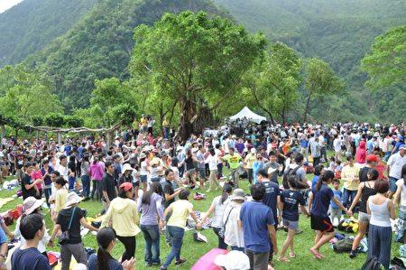 花蓮Amis旮亙樂團演出,輕快的節奏讓現場民眾隨著旋律擺動身體。(詹亦菱/大紀元)
