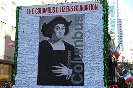 游行队伍中的哥伦布画像。