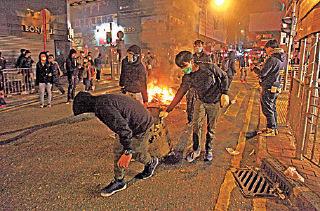 梁振英任内,屡次发现有黑社会冒充示威者挑起事端。图为年初二旺角冲突。(大纪元资料图片)