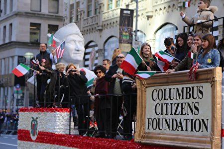高举哥伦布雕塑的花车。