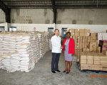 中華民國駐海地大使館黃再求(左)表示,友邦海地遭 受超級颶風馬修重創,除政府捐贈20萬美元外,僑民慈 善組織「幫幫忙基金會」提供物資,海地第一夫人普麗 蘶對此表示感謝。 (海地大使館提供/中央社)