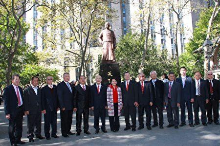 僑領到哥倫布公園向孫中山銅像獻花。