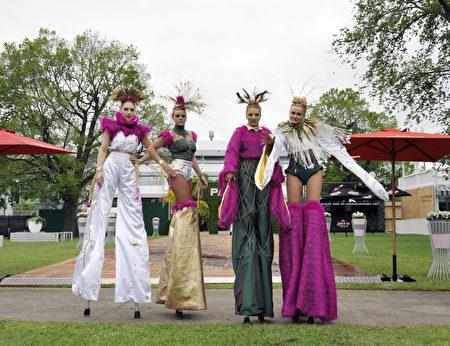 2016年10月24日,澳洲墨尔本杯赛马嘉年华开幕式上,高跷艺人盛装表演。(胡宥华/必赢电子游戏网址)
