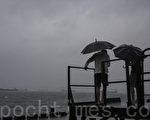 8號風球海馬襲港帶來狂風暴雨,今次亦是自1995年以來,再次於10月發出八號信號。有市民興致勃勃到海邊感受風球的威力。(余鋼/大紀元)