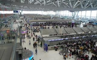 中国女子大闹泰国机场 挥刀要自残
