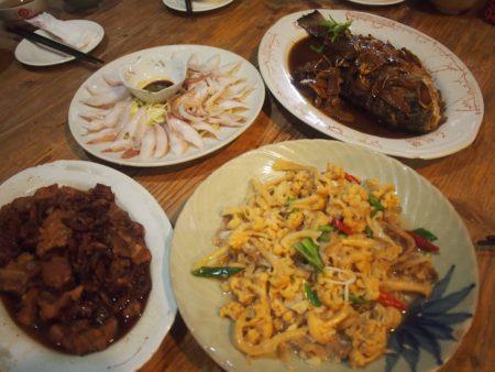 澎湖当地料理,麻油鱼(右上)。 (张原彰/大纪元)