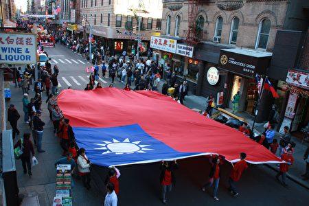 紐約華僑學校的學生托著巨幅中華民國國旗在遊行隊伍的中間。