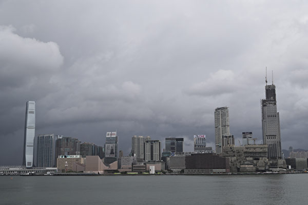 外媒分析,經過近20年的滲透,中共已掌控香港的各公務部門。(余鋼/大紀元)