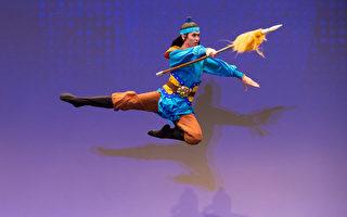 2016年10月20日,新唐人第七屆「全世界中國古典舞大賽」複賽,圖為青年男子組參賽選手小林健司表演舞蹈《移孝为忠》。(戴兵/大紀元)