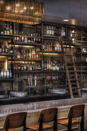 黑羊小酒館的吧台。(百合提供)