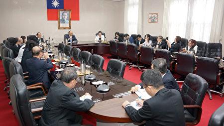 鄧振中政委就全球政經局勢,分析並介紹為什麼政府推「新南向政策」,對海外華文媒體做詳細說明,然後接受媒體詢問。(倪爾森/新唐人)