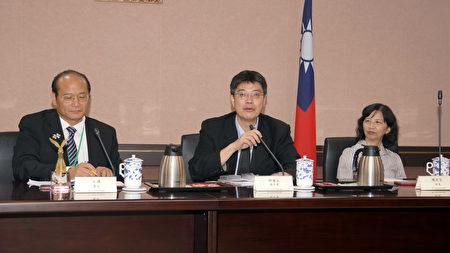 2016年海外華文媒體參訪團拜會台灣行政院陸委會,邱垂正副主委(中)回應了媒體關注的兩岸話題。(倪爾森/新唐人)