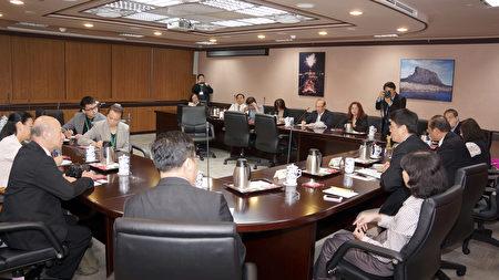 2016年海外華文媒體參訪團拜會台灣行政院陸委會,邱垂正副主委回應了媒體關注的兩岸話題。(倪爾森/新唐人)
