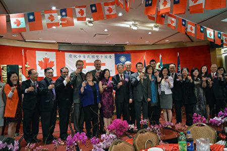 圖:溫哥華僑界舉辦中華民國國慶105週年宴會,眾多政要、經文處官員、僑界領袖等近千人參加。圖為嘉賓們恭祝中華民國生日快樂。(邱晨/大紀元)