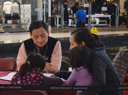 图:加拿大国家中医药学会在Aberdeen购物中心举办义诊,图为陈昶仁医师在义诊。(邱晨/大纪元)