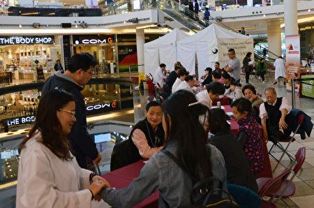 图:加拿大国家中医药学会在Aberdeen购物中心举办义诊,受到民众欢迎。(邱晨/大纪元)