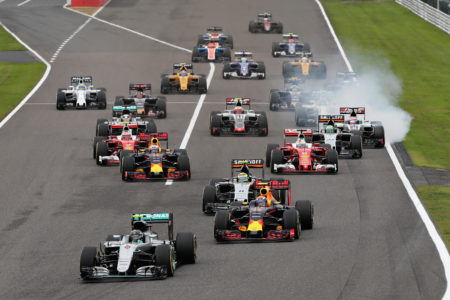 F1日本站開賽後,桿位發車的梅賽德斯車手羅斯伯格守住了第一,進入彎道。 (Mark Thompson/Getty Images)