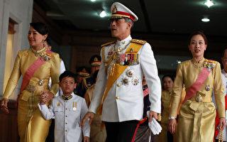 泰國國王辭世,總理帕拉育晚間宣布王儲瓦吉拉隆功(右二)繼承王位,受到各界矚目。(PAIROJ/AFP/Getty Images)