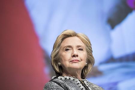 距離美國總統大選已不足3周。維基解密15日又曝光了希拉莉更多電郵,其中包括她3度收費向高盛集團演說的全文,其中提及華爾街與美國外交政策等話題。(BRENDAN SMIALOWSKI/AFP/Getty Images)