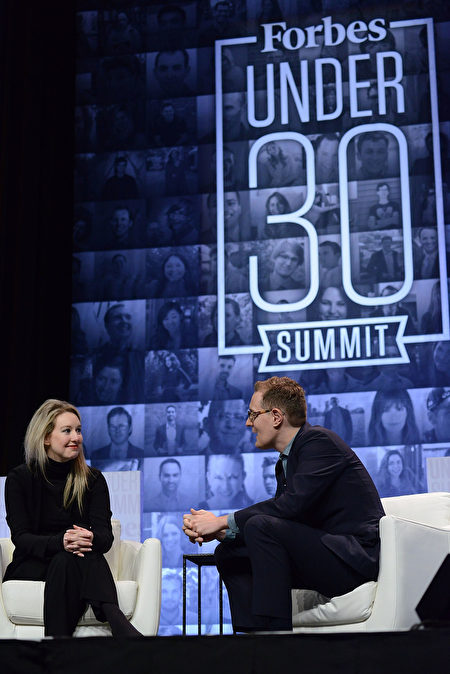 Theranos公司創始人伊麗莎白•霍爾姆(Elizabeth Holmes)在2015年10月5日費城召開的福布斯「30歲以下創業者」論壇上。(Lisa Lake/Getty Images)。( Lisa Lake/Getty Images)