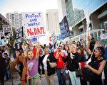 美國達科他州警方於2016年10月27日,驅離占地抗議達科他輸油管組織建設油管的原住民及環保人士並逮捕了141人。本圖為9月13日,聲援反對建設油管的示威人士,在加州聖地牙哥遊行。(SANDY HUFFAKER/AFP/Getty Images)