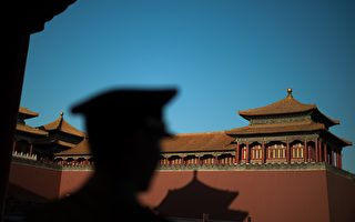 A Chinese paramilitary soldier stands outside the gate of the Forbidden City in Beijing on September 28, 2016.  / AFP / NICOLAS ASFOURI        (Photo credit should read NICOLAS ASFOURI/AFP/Getty Images)