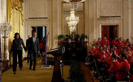 週四,美國總統歐巴馬和第一夫人在白宮接見里約奧運美國奧運代表隊成員。(Elsa/Getty Images)
