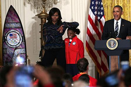 週四,美國總統奧巴馬和第一夫人在白宮接見里約奧運美國奧運代表隊成員。(Alex Wong/Getty Images)