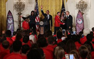 奥巴马接见奥运选手 与体操队员一起劈叉