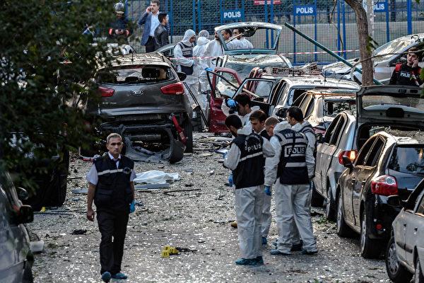 美國國務院基於安全問題,周六要求派駐土耳其伊斯坦堡(Istanbul)總領事館官員的家庭成員撤離,並對土國東南部發出旅行警告。圖為10月初在伊斯坦堡的汽車炸彈攻擊。(OZAN KOSE/AFP/Getty Images)