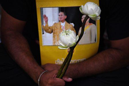 普密蓬還被視為世界上最富有的君主,淨資產約400億美元。但大部分財富由皇家產權局持有,後者在曼谷以低於市價出租大量房地產。(AFP)