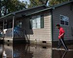 10月5日凌晨开始,袭击美国东南沿海地区的马修飓风迄今已经过了近2周,在美国造成了44人死亡。(Sean Rayford/Getty Images)