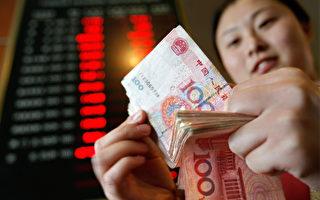 许多经济学家相信,人民币现在被高估,而不是被低估。(TEH ENG KOON/AFP/Getty Images)