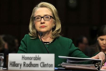 據美國聯邦調查局(FBI)最近公佈的調查文件,在希拉莉團隊提供給國務院的3萬封電郵中,有約1000封希拉莉和彼得雷烏斯將軍之間的工作電郵「失蹤」。(Alex Wong/Getty Images)